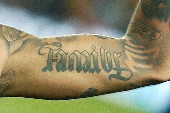 Tatuagem do Neymar no braço: family (família)