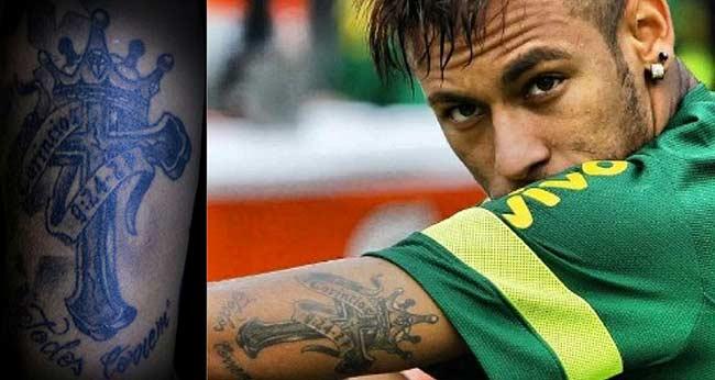 Tatuagem do Neymar no braço: cruz e coroa