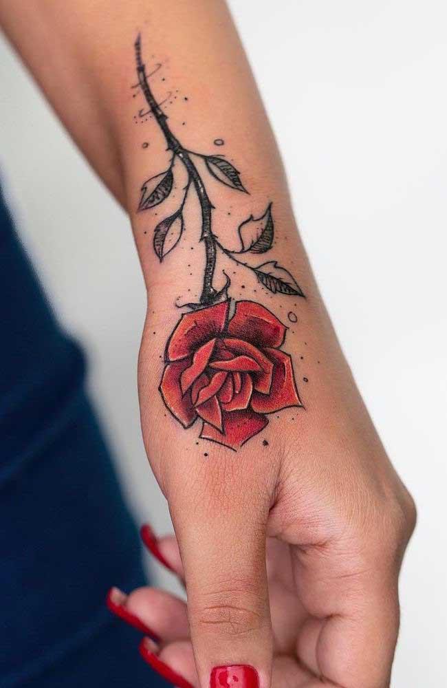Para as mulheres que não abrem mão de fazer uma tatuagem com flores, a rosa vermelha 3D é perfeita.
