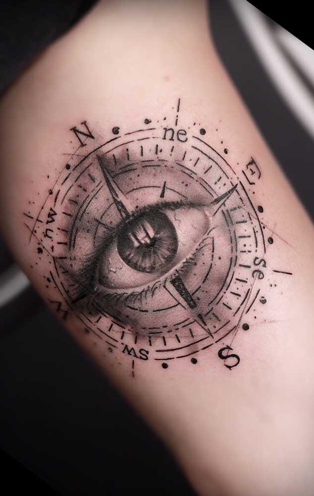 Olha que tatuagem fantástica. Uma bússola com olho no meio que mais parece de verdade.