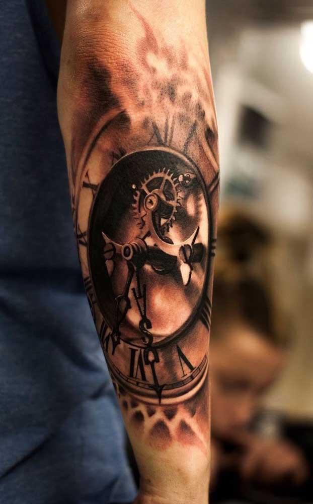 Até parece um relógio de verdade tatuado no braço.