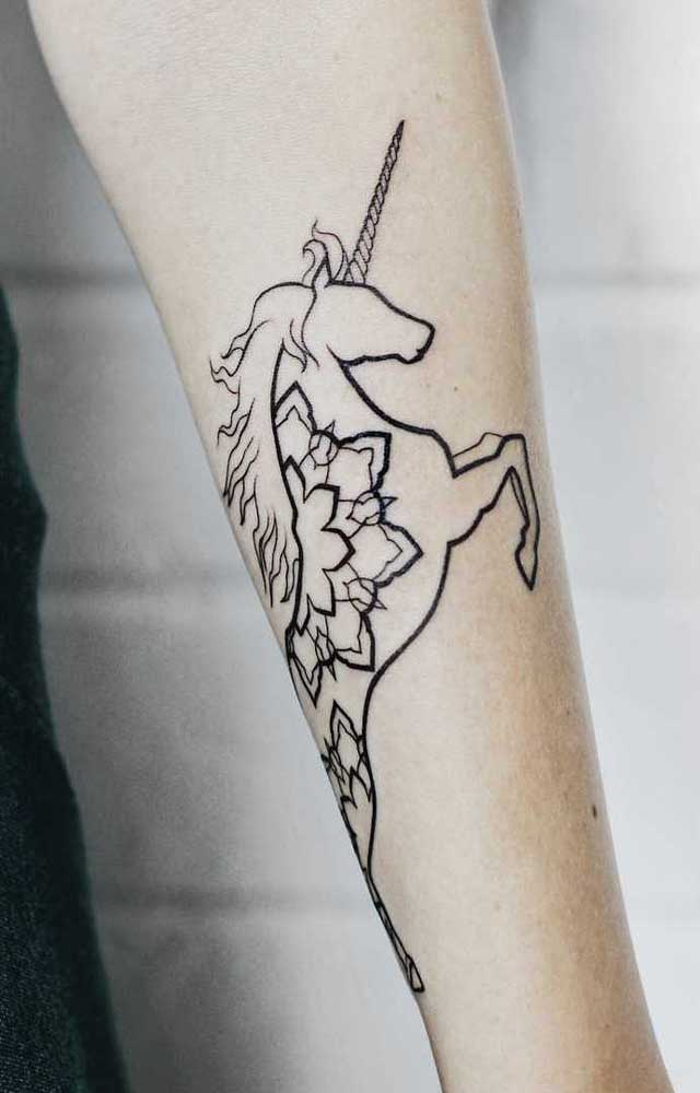 O unicórnio é um animal que está em alta, então faça uma tatuagem no antebraço com ele.