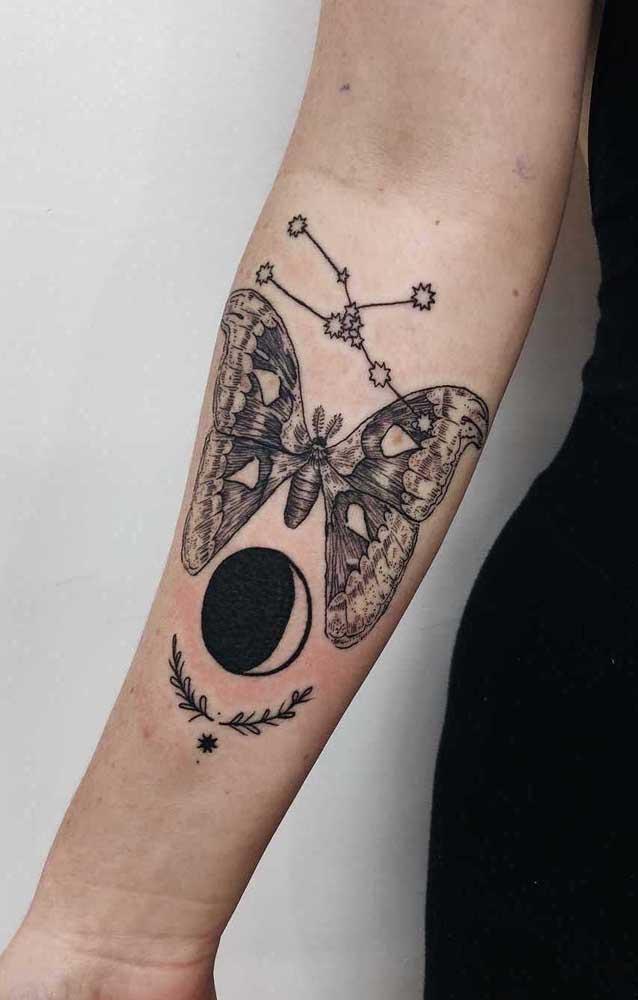 Nesse modelo de tatuagem, além da borboleta foram usados outros elementos representativos.