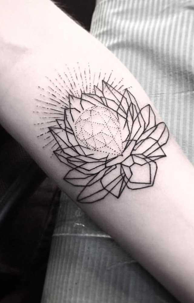 Se você deseja mostrar perfeição e dureza, opte pelo desenho do diamante para fazer a tatuagem no antebraço.