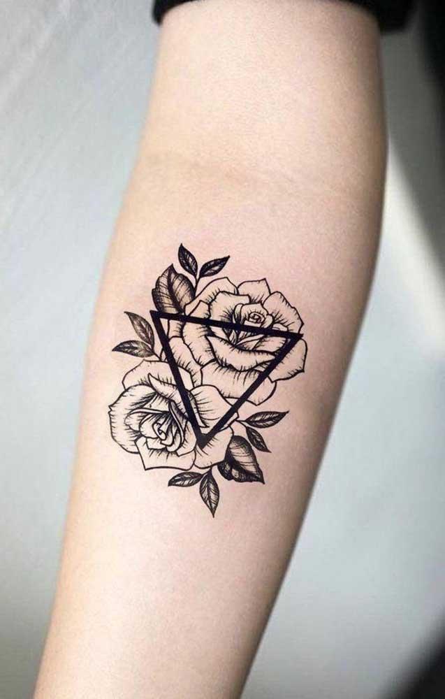 As rosas são muito escolhidas como tatuagem feminina no antebraço.