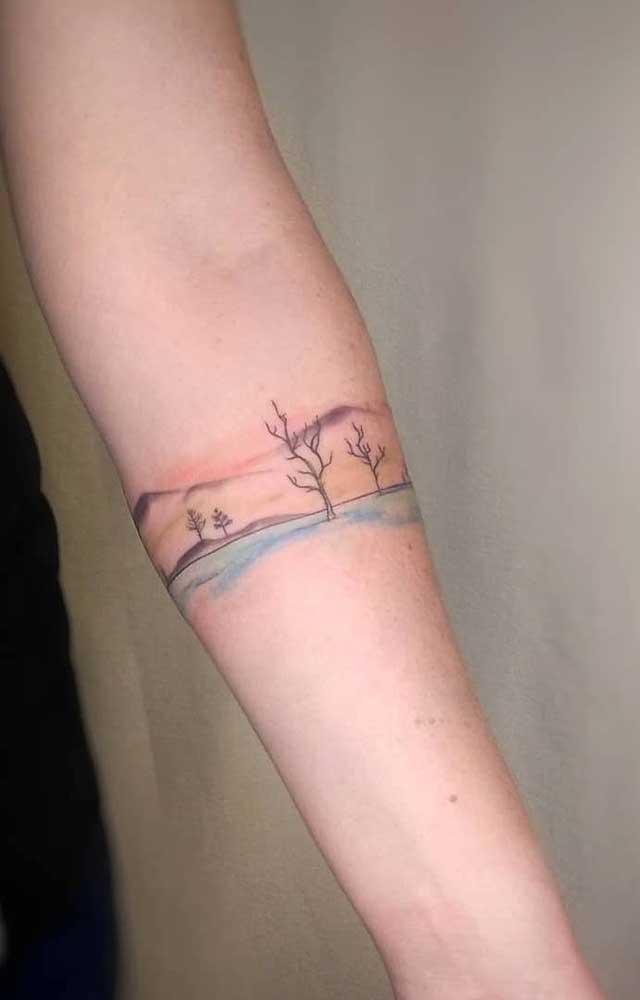 As tatuagens coloridas, mesmo sendo delicadas, são mais visíveis.