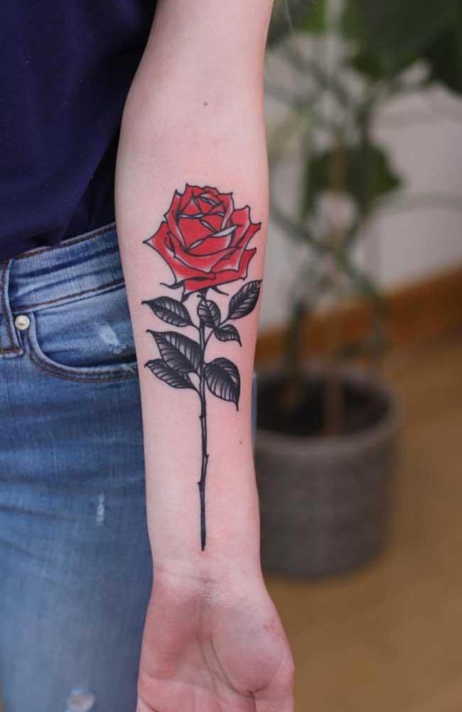 A tatuagem de rosa no antebraço é perfeita para as mulheres.