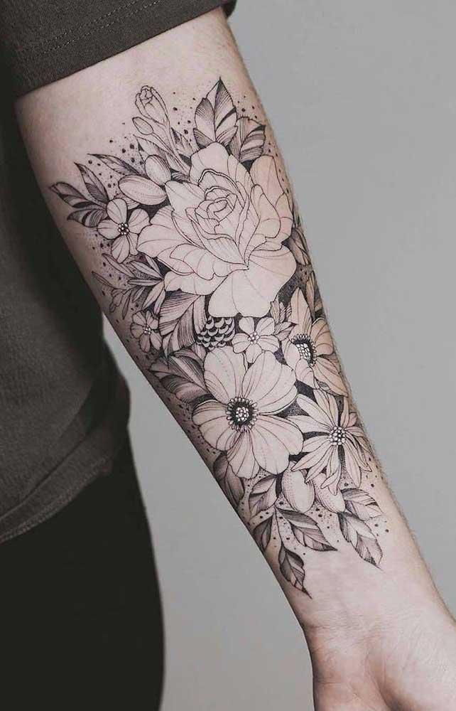 Ao invés de usar uma rosa, use várias rosas na tatuagem do antebraço.