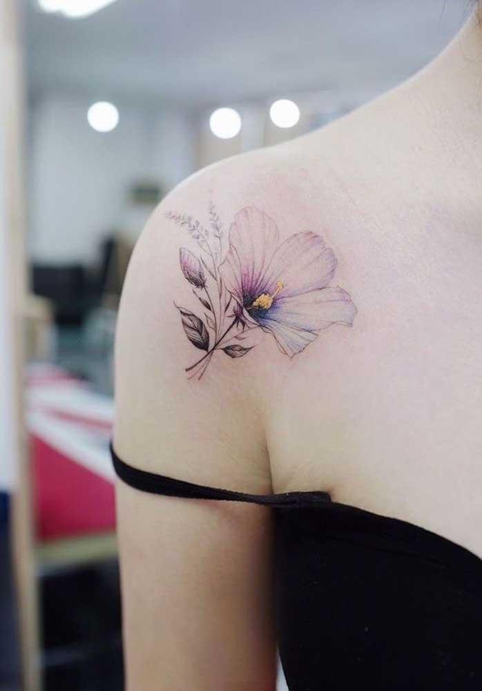 O que acha de fazer uma tatuagem de rosa no ombro no formato bem delicado?
