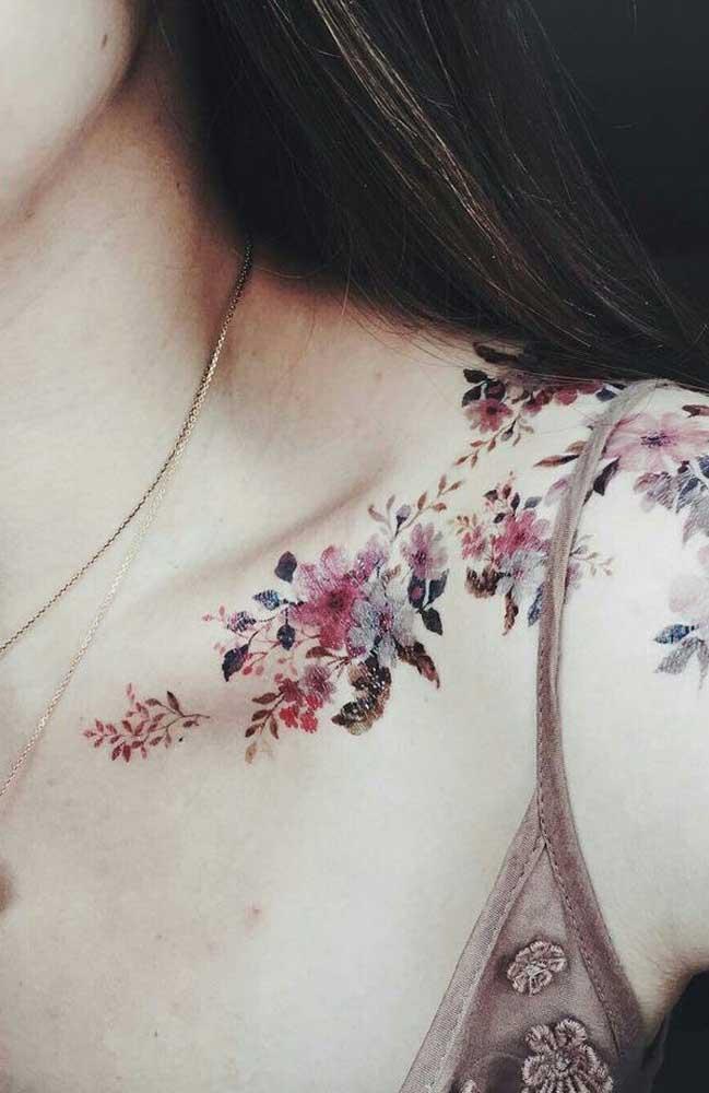 Mas se a intenção é chamar atenção, aposte em uma tatuagem que começa em um lado e termine no outro lado do ombro.