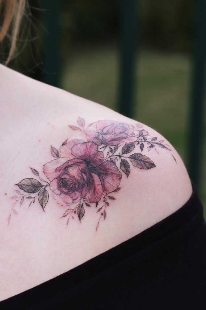 Mais uma opção de desenho de rosa para fazer uma tatuagem feminina no ombro.