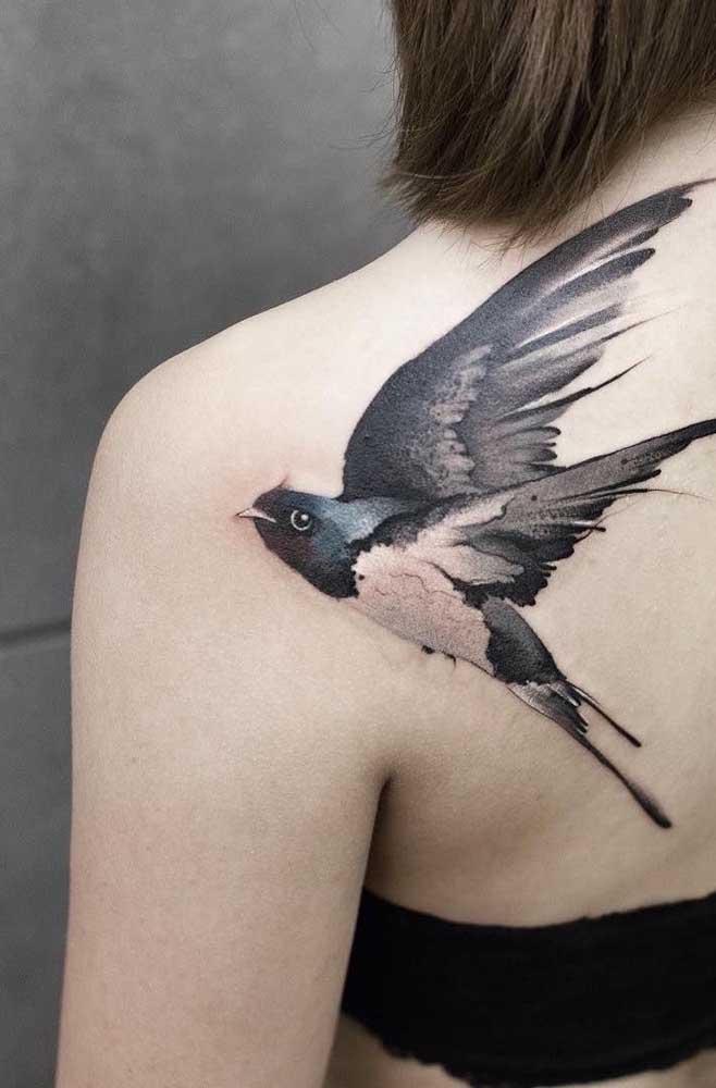 Mais uma opção de tatuagem feminina no ombro no formato de pássaro.