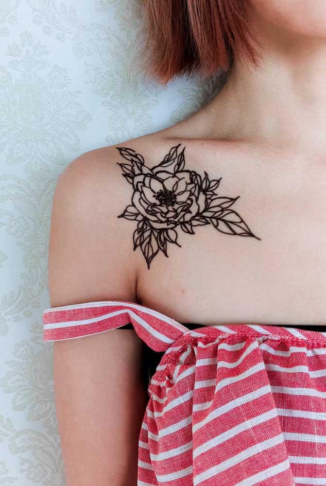 A tatuagem no formato de rosa pode ser feita tanto colorida quanto preta.
