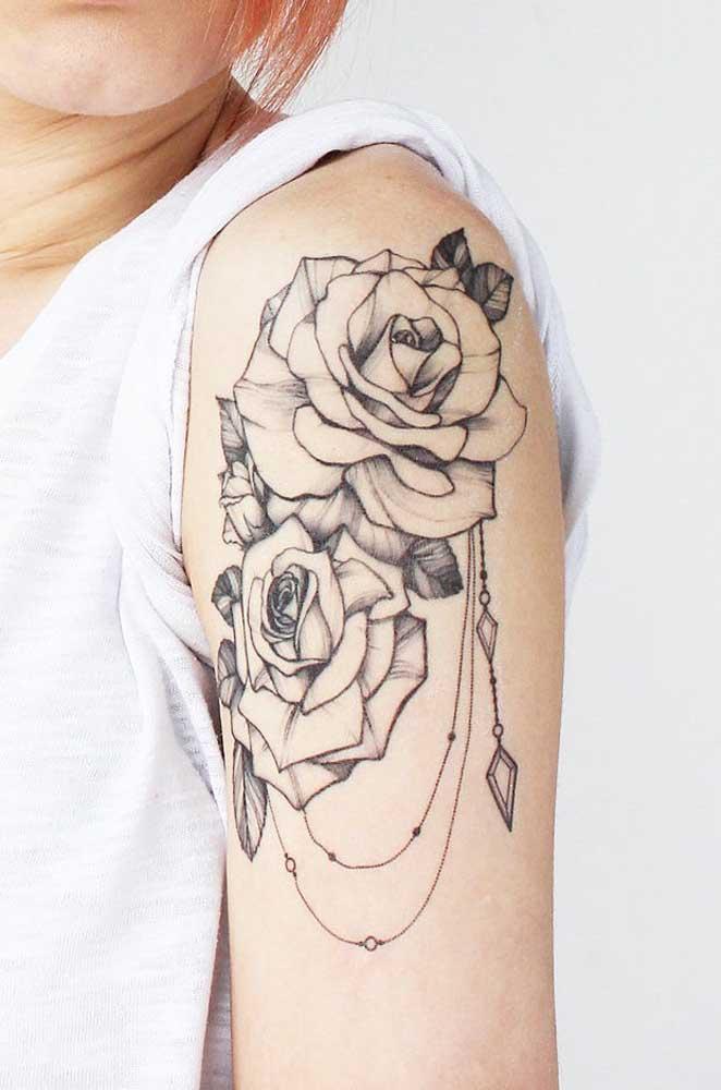 Mais uma opção de tatuagem rosa no ombro com linhas pretas.