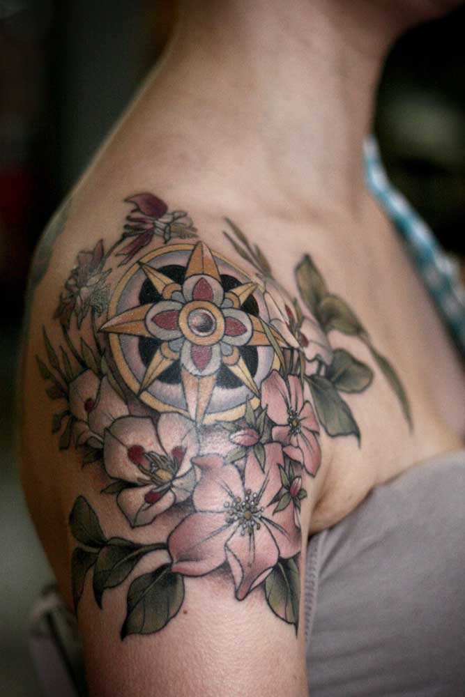Você pode fazer uma tatuagem de flor no ombro com diferentes espécies para chamar mais atenção.