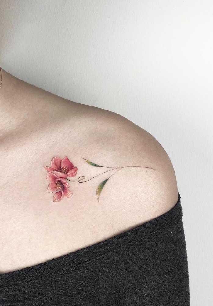 A maioria das mulheres gosta de tatuagem delicada no ombro.