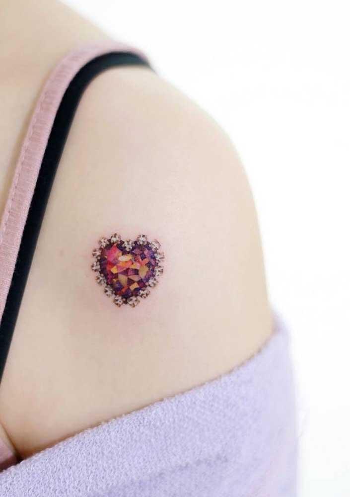 Essa tatuagem de coração no ombro mais parece uma pedra preciosa.