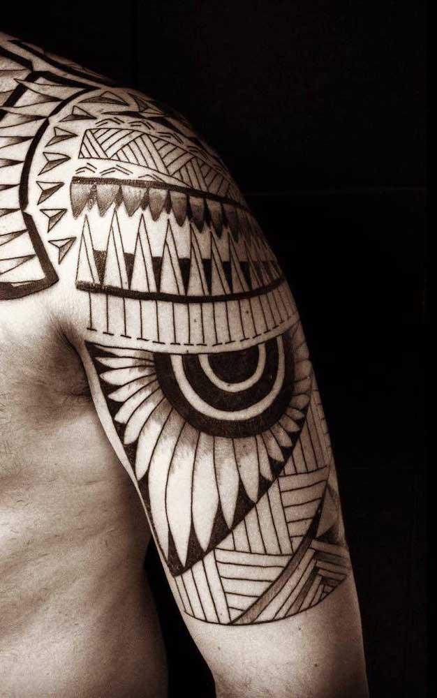 Os traços de uma tatuagem maori são perfeitos.