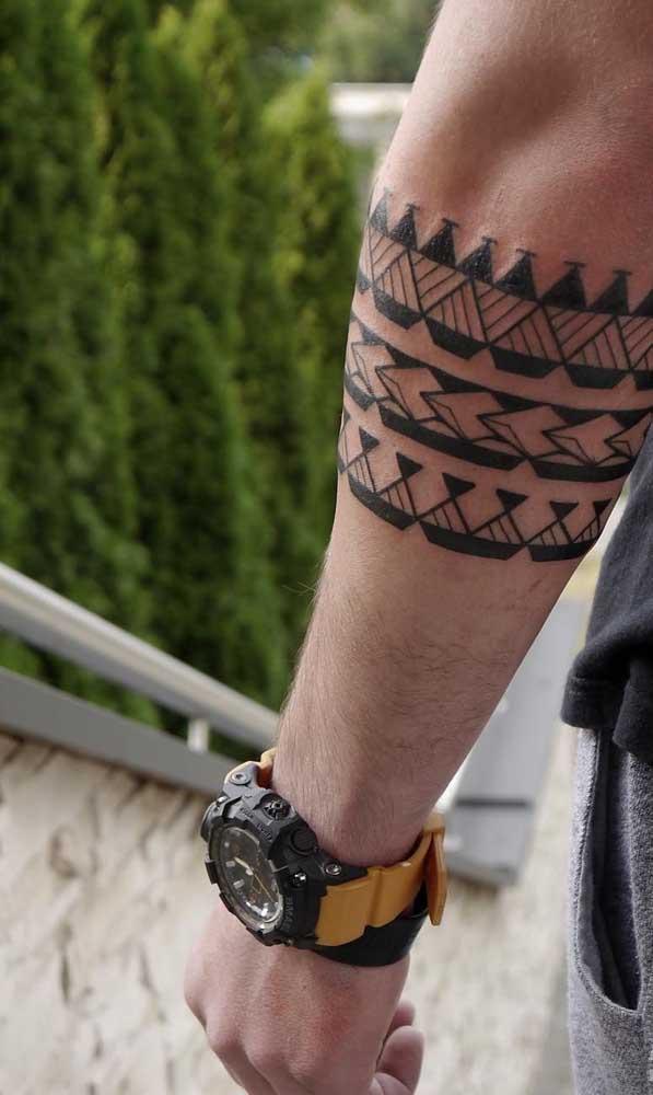 Que tal fazer uma tatuagem maori antebraço?