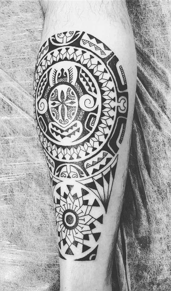 Geralmente, os homens gostam de chamar atenção com as suas tatuagens.