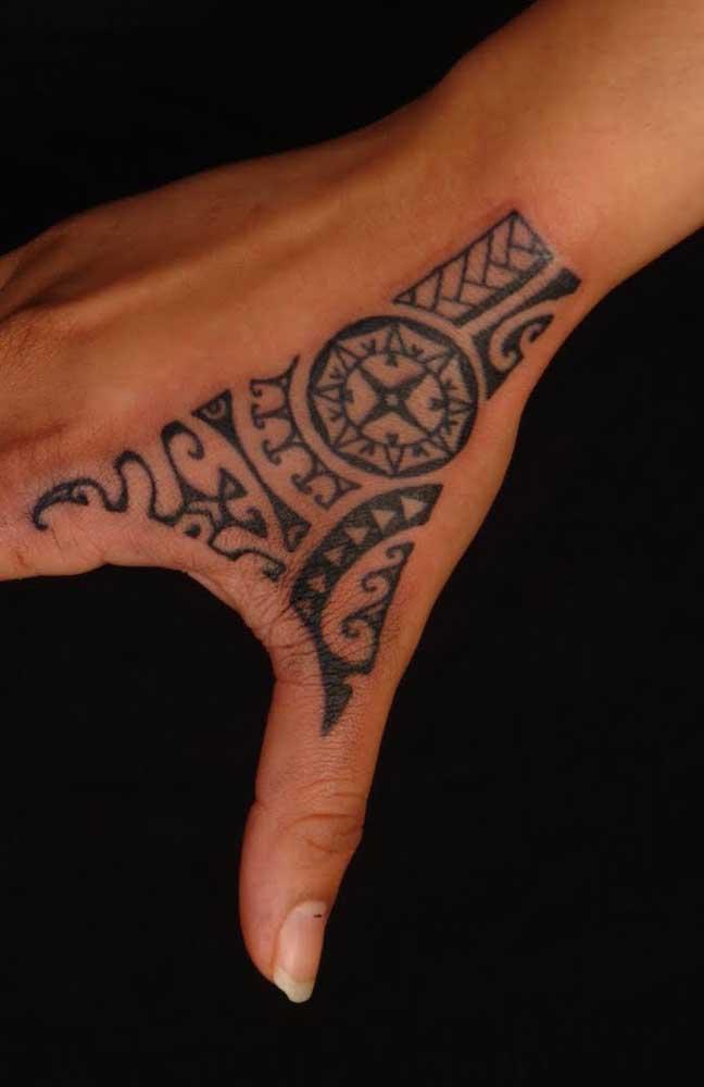 Que tal fazer uma tatuagem maori na mão? Fica mais discreto e delicado.