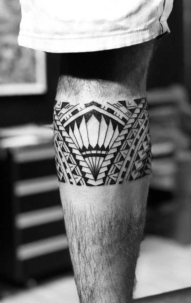 A tatuagem maori na perna define bastante a região e destaca o desenho.
