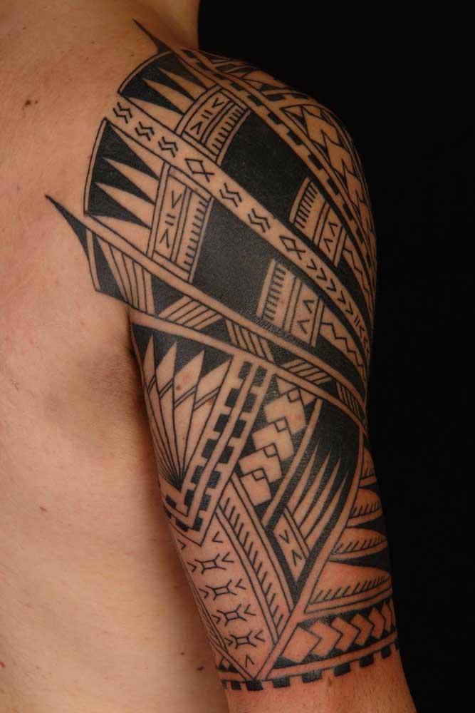 Os traços da tatuagem maori são inconfundíveis.