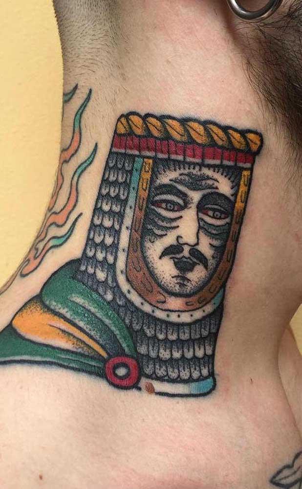 Escolha uma figura que represente algo para você na hora de fazer uma tatuagem no pescoço.