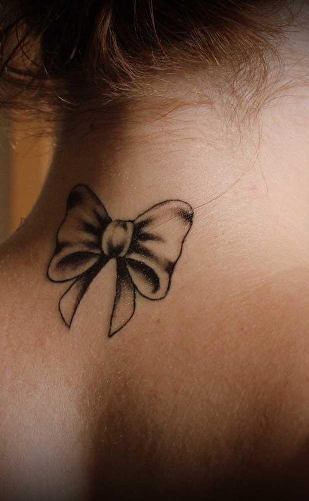 O mais interessante da tatuagem no pescoço é que você pode fazer na região mais próxima dos ombros.