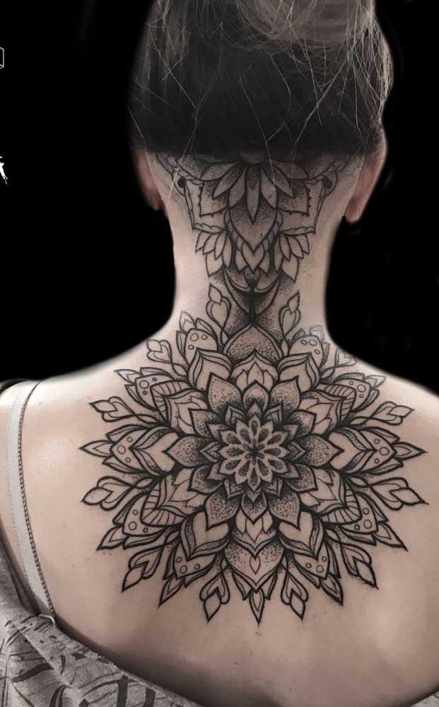 Olha que tatuagem mais radical para fazer no pescoço até o meio da costa.