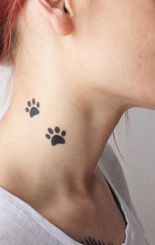 Que tal colocar as pegadas do seu pet na hora de fazer a tattoo no pescoço?
