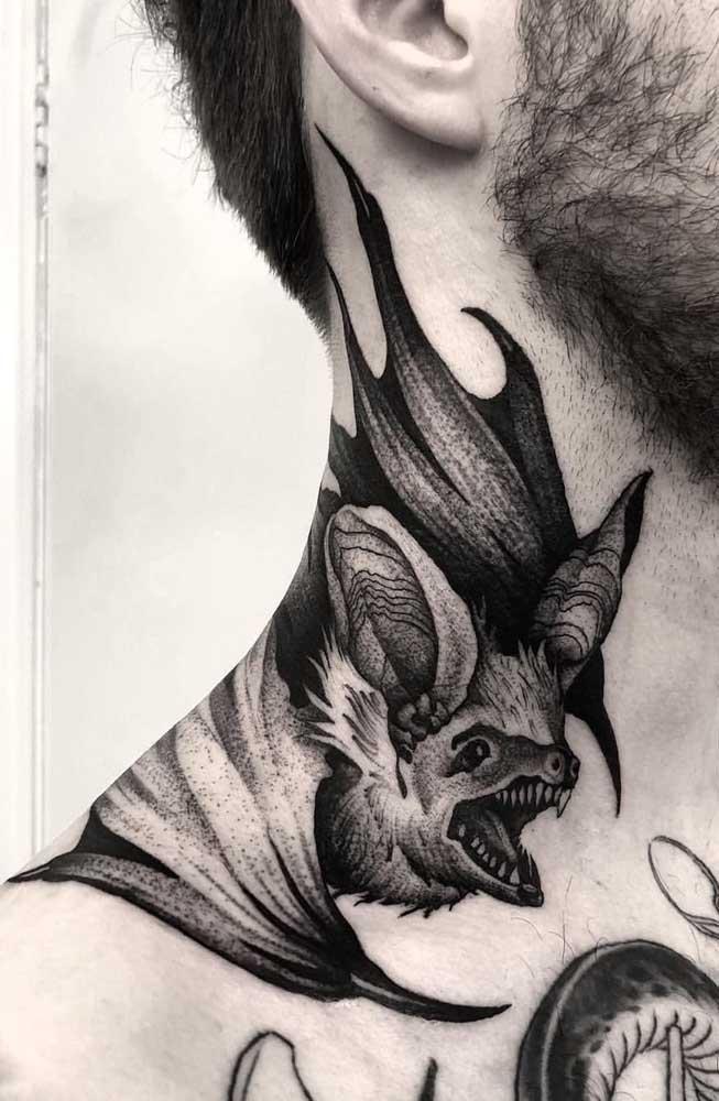 O desenho do morcego é uma boa tatuagem no pescoço masculino.