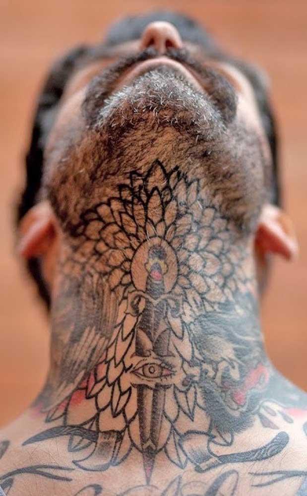 Tem pessoas que não se incomodam em fazer uma enorme tatuagem no pescoço.
