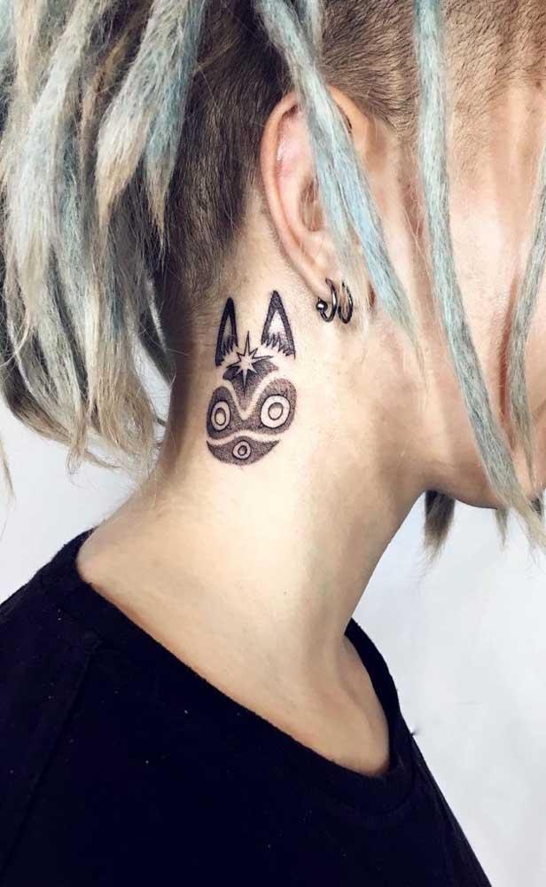 A tatuagem no pescoço é uma boa opção para aqueles que não têm medo de mostrar o que é.