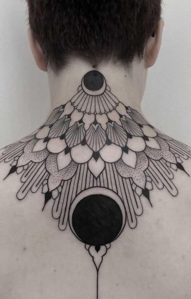 Você pode optar por uma tattoo no pescoço que chega até os ombros como esse modelo.