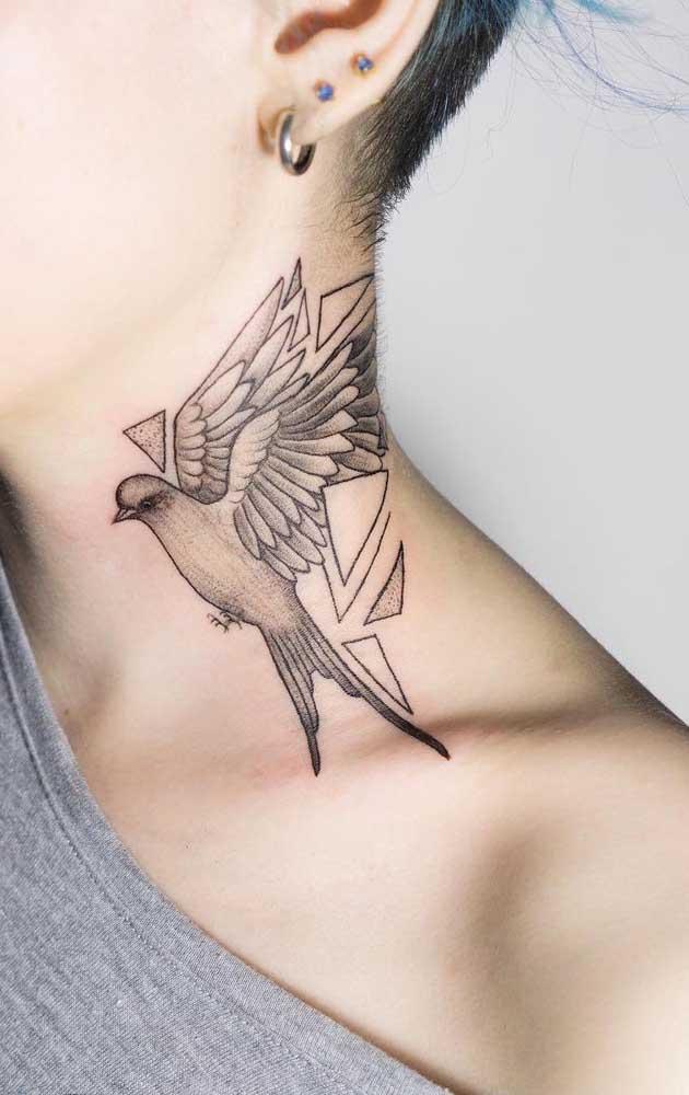 Veja como a tatuagem no pescoço feminina no formato de pássaro fica perfeita.