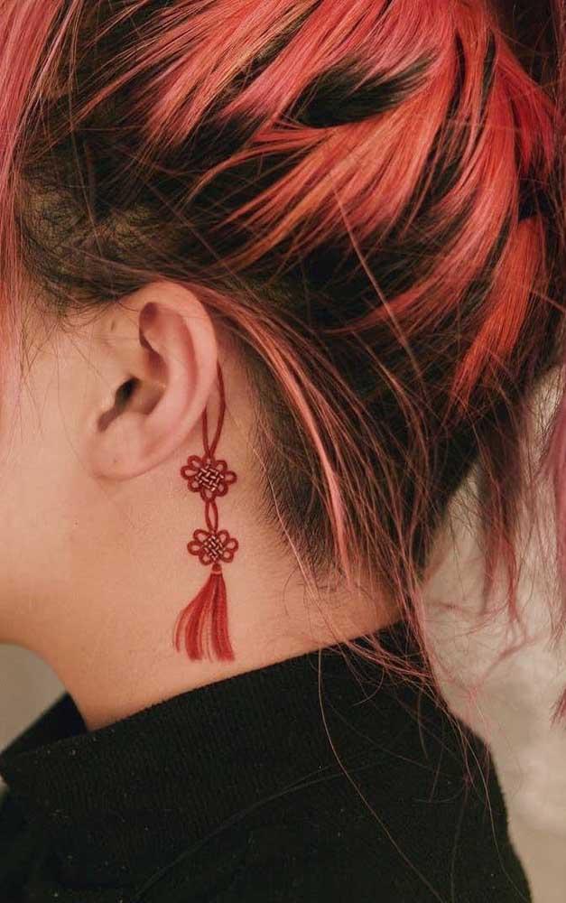 A tatuagem feminina no pescoço que fez uma combinação perfeita com o cabelo da mulher.
