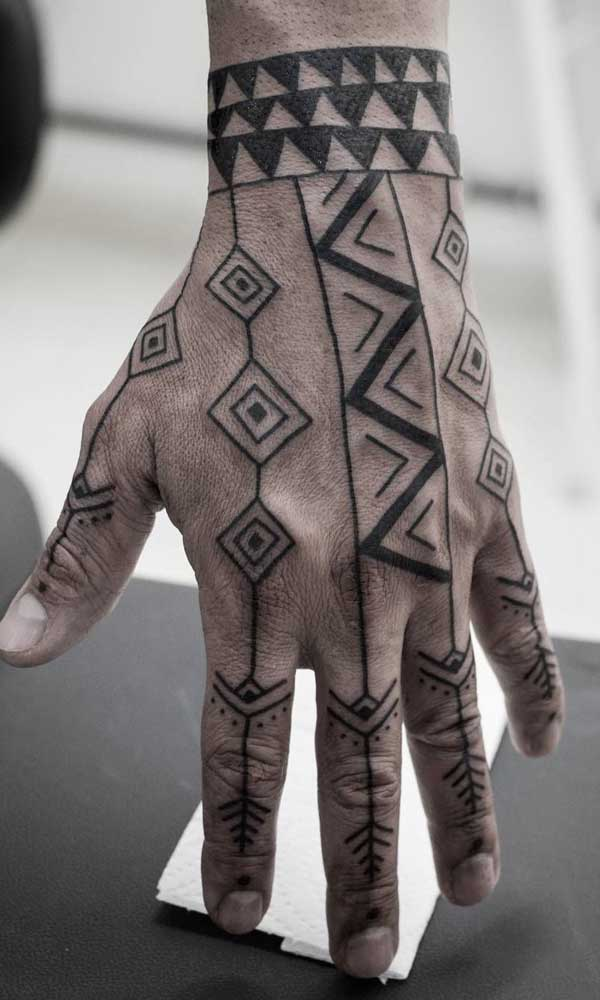 Você já pensou em fazer uma tatuagem tribal na mão? Saiba que essa era uma das áreas mais usadas pelos povos antigos.