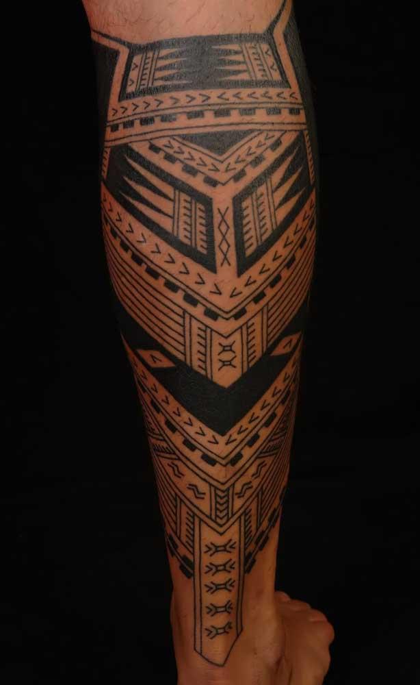 Mas na região da perna, o mais indicado é fazer uma tattoo tribal com traços mais fortes.