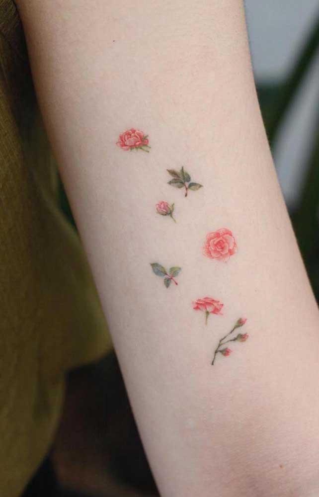 Quer fazer uma tatuagem tumblr delicada? Aposte nas pequenas rosas espalhadas pelo braço.