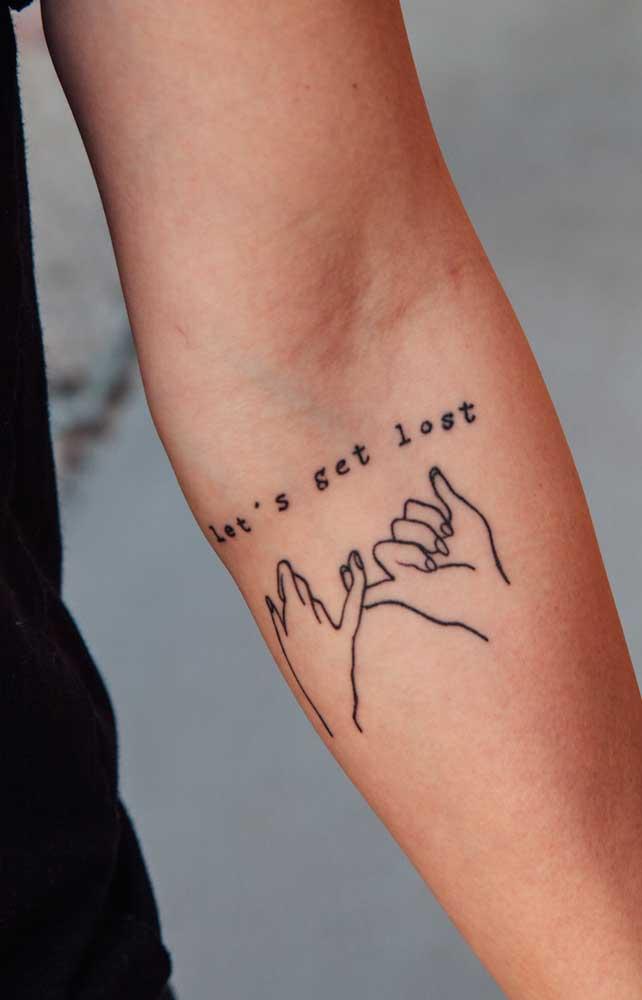 Na tatuagem tumblr no braço você consegue perceber como os traços são finos e delicados, além da predominância da cor cinza ou preta.