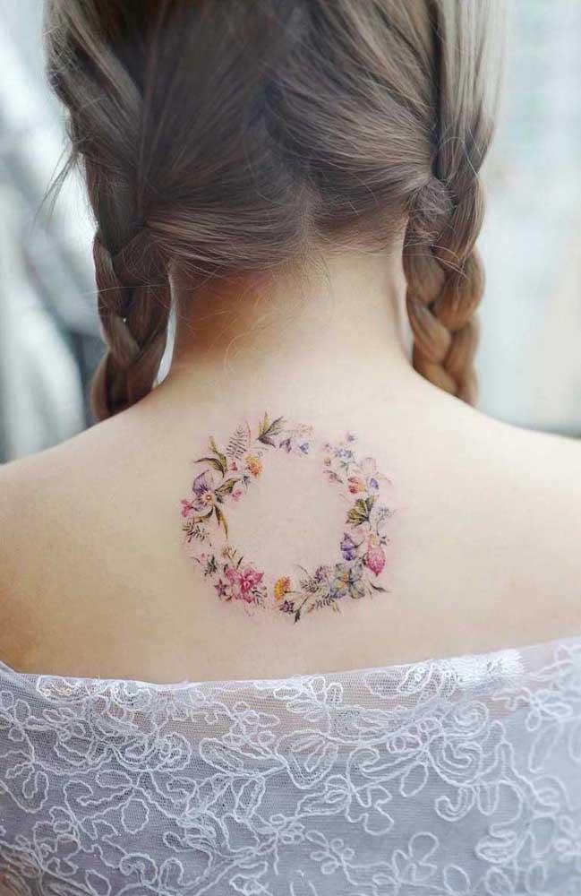 Que tal fazer o desenho de uma guirlanda de flores com traços simples e delicados para ser a sua tattoo tumblr?
