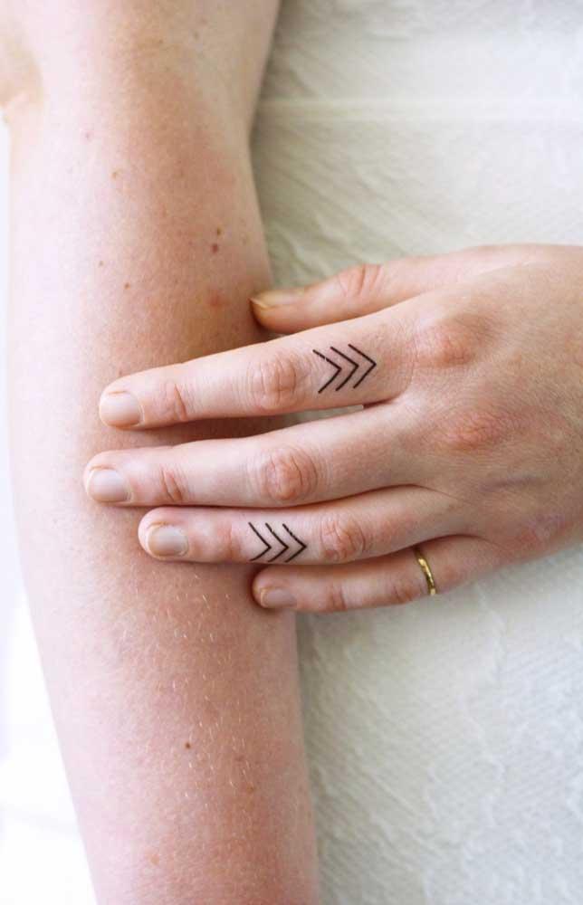 Que tal transformar seus dedos em telas? Aposte em uma tatuagem simples, mas cheia de significado para você.