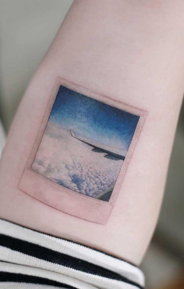 Que tal pegar uma foto no estilo polaroid e pedir para fazer um desenho de tatuagem diferenciada?