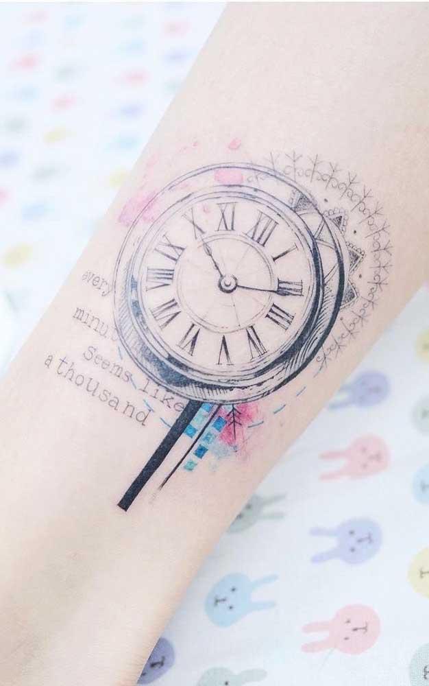 Que tal controlar seu tempo através de uma tatuagem? Para isso, desenhe um relógio no seu pulso.