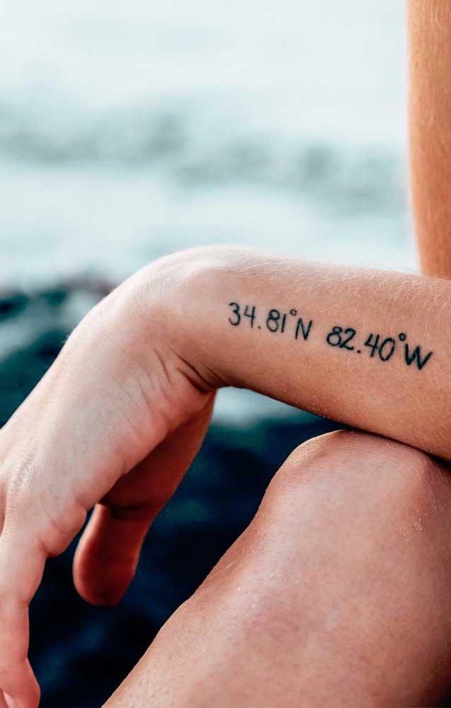 Para deixar um destino registrado eternamente na sua vida, faça uma tatuagem tumblr com as coordenadas para chegar até o lugar.
