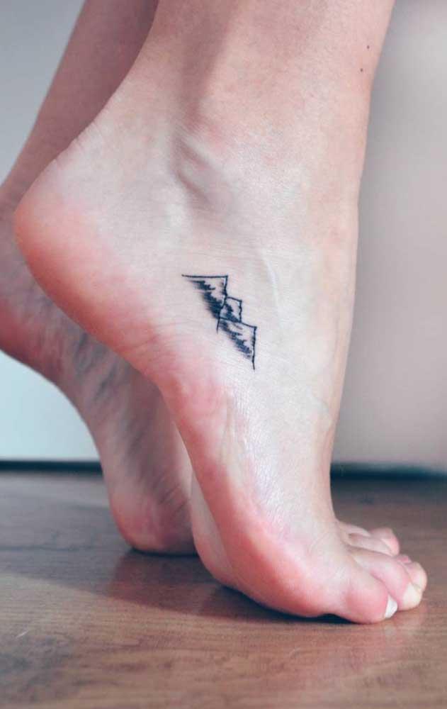 O que acha de fazer uma tatuagem tumblr pequena no pé? Uma opção discreta e delicada ao mesmo tempo.