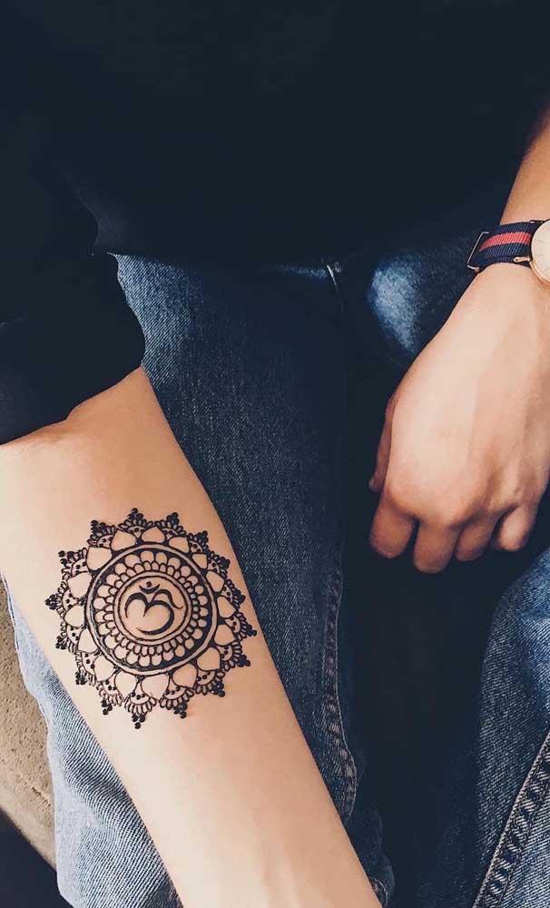 Quer escolher um dos símbolos indianos mais usados em tatuagens? Opte pela figura Om.