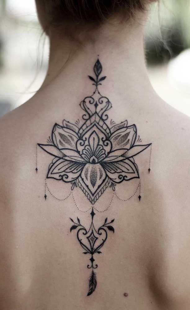 Quer fazer uma tatuagem indiana nas costas? Use e abuse de tattoos grandes nessa área.
