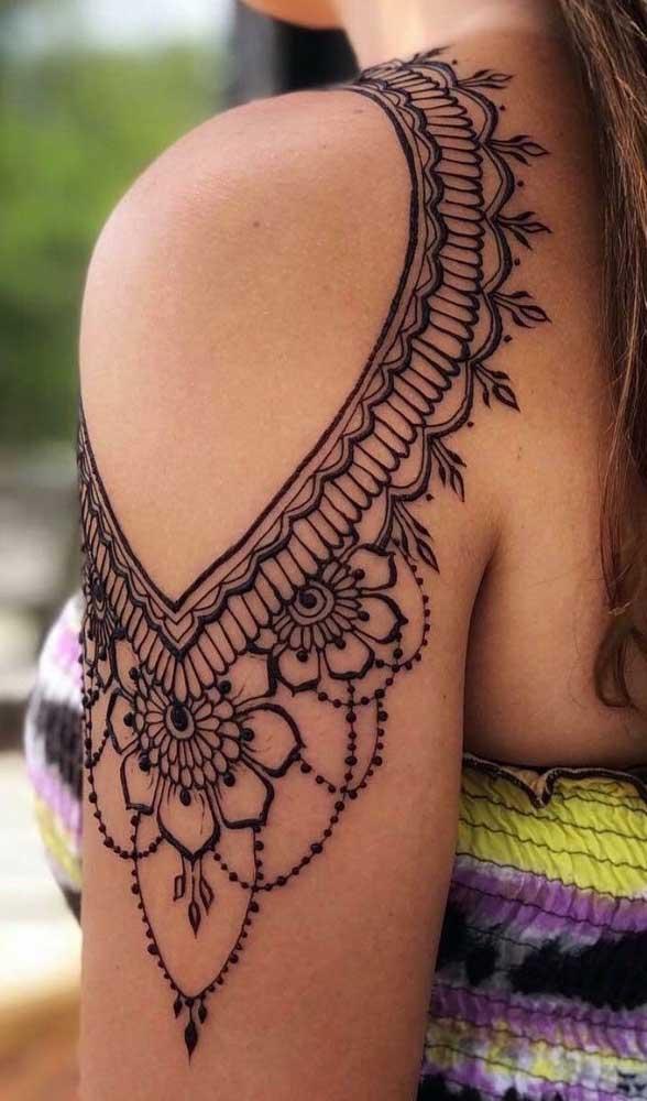A tatuagem indiana feminina pode ser feita em diferentes áreas do corpo, mas não é que fica linda no ombro?